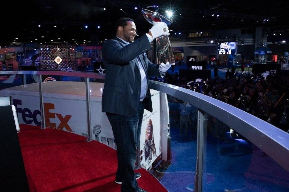 Jerome Bettis recibe el trofeo Vince Lombardi en Atlanta