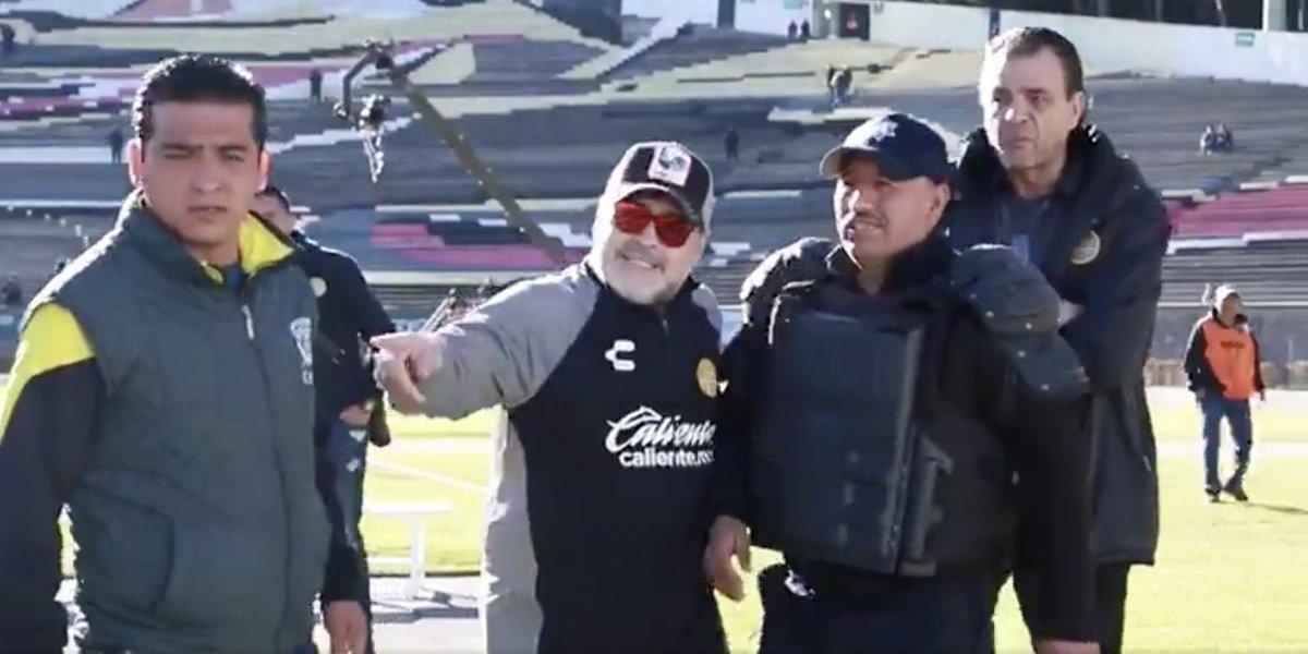 Maradona solicita a policía alejar a fotógrafos; oficial le pide 'selfie'