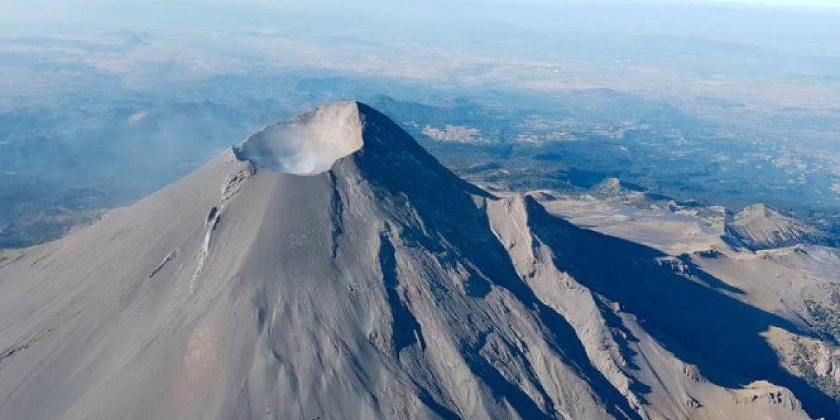 Sobrevuelan el volcán Popocatépetl; no se observa domo de lava
