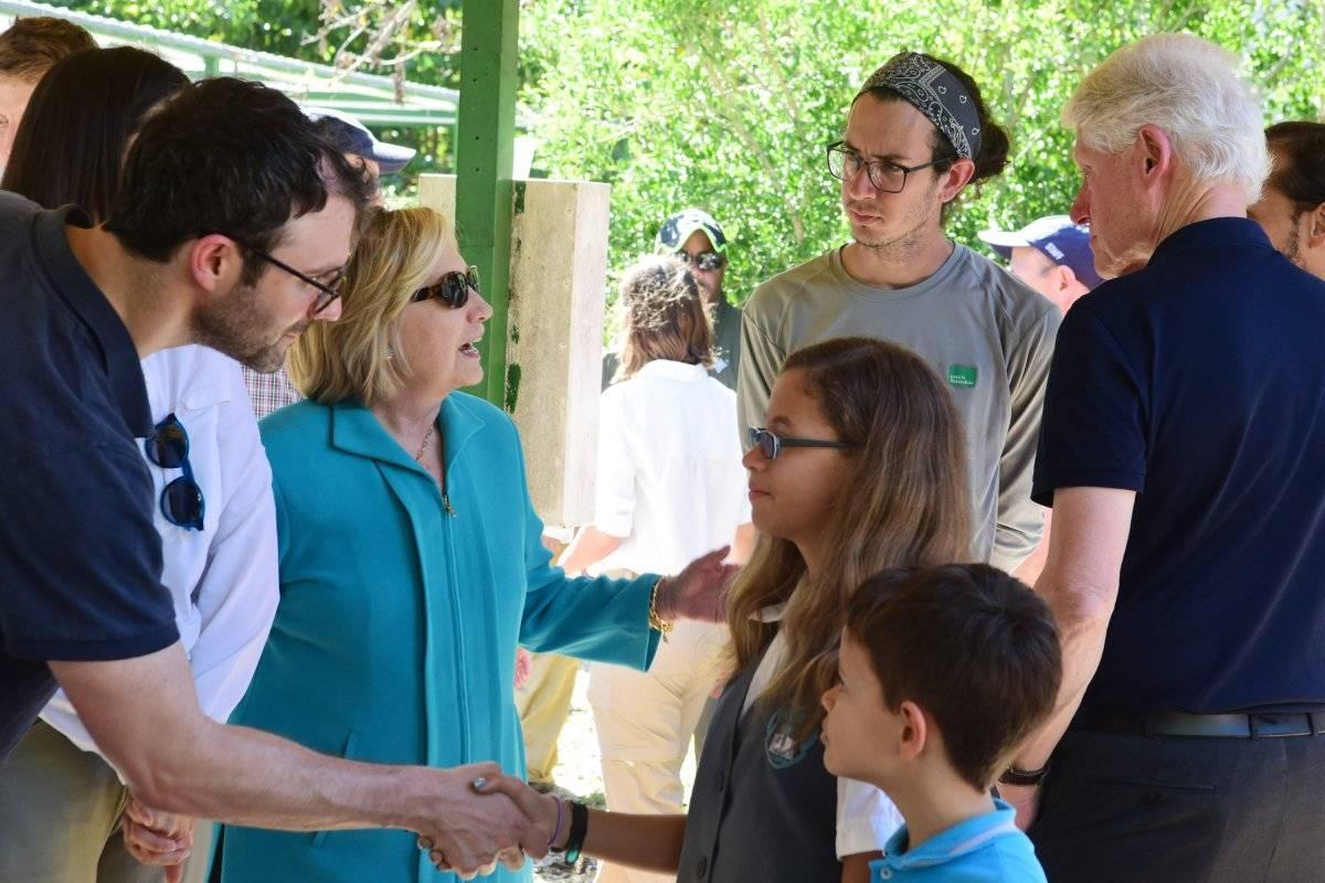 Hillary y Bill Clinton conversan con miembros de Para La Naturaleza, durante la visita en Fajardo. / Dennis Jones