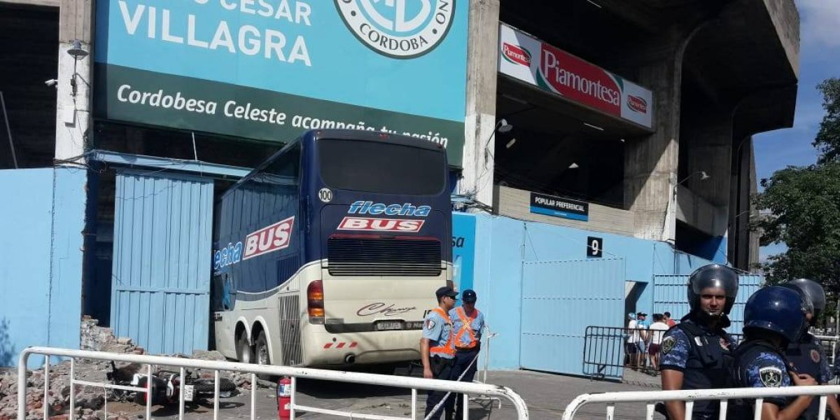 VIDEO: Autobús de equipo argentino derrumba una pared en su llegada al estadio