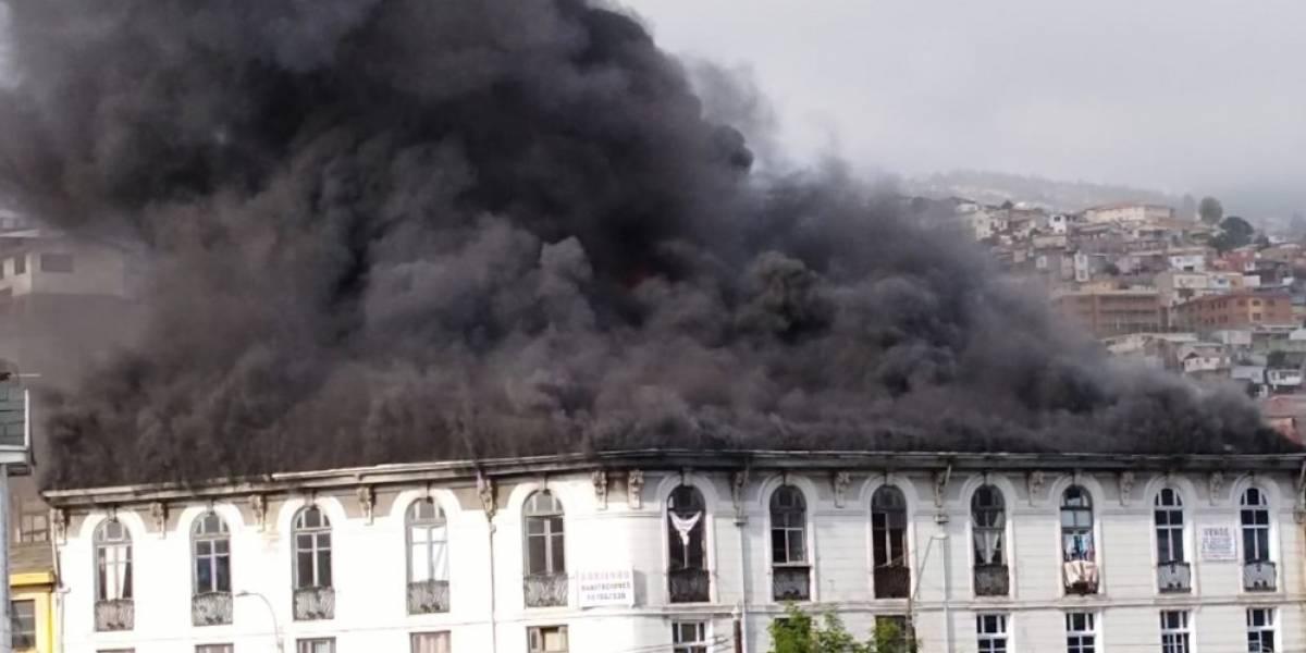 Voraz incendio en el centro de Valparaíso: estructura se derrumba y lesiona a bomberos