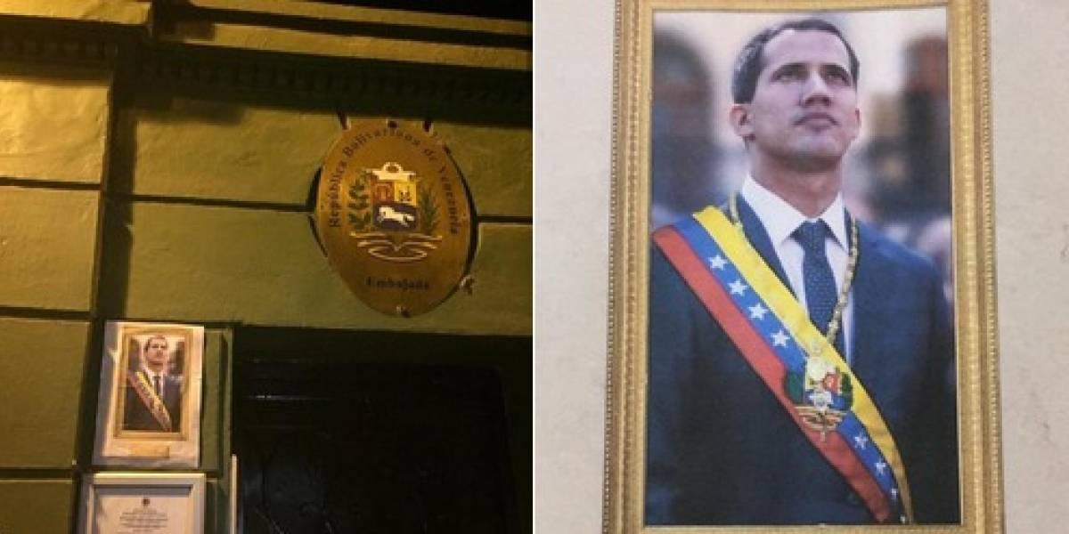 Con fotos de Guaidó amaneció la embajada de Venezuela en Santiago