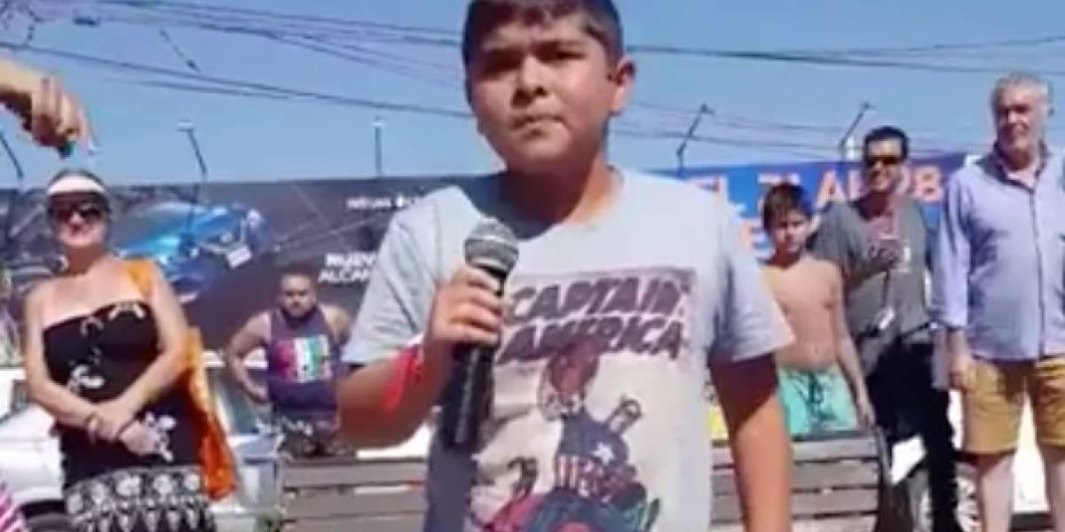 """""""Hay esperanza en la humanidad"""": niño chileno se hace viral tras ganar concurso cantando AC/DC"""