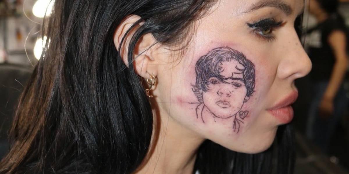Cantora tatua rosto de Harry Styles... no próprio rosto