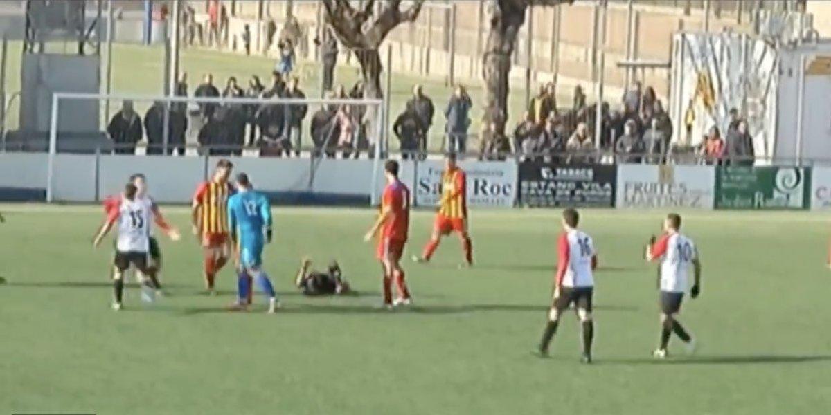 Portero patea a árbitro por anular gol de último minuto