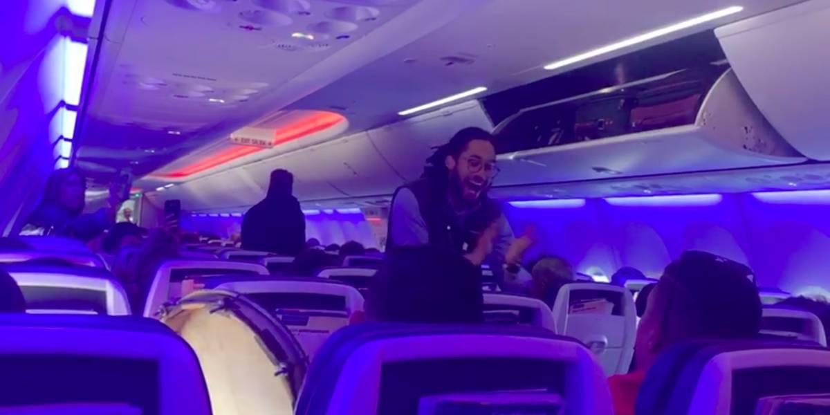 Estudiantes de la Libre de Música encienden la fiesta en un avión de regreso a Puerto Rico