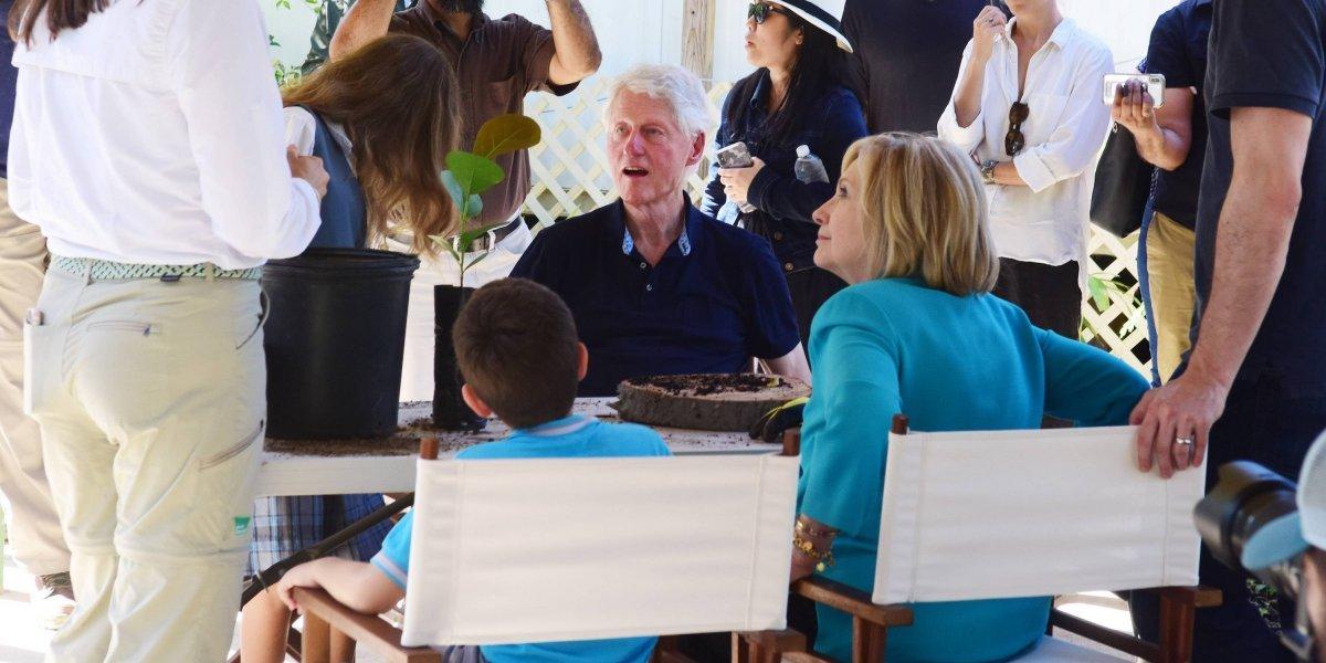 Los Clinton trasplantan árboles en Fajardo