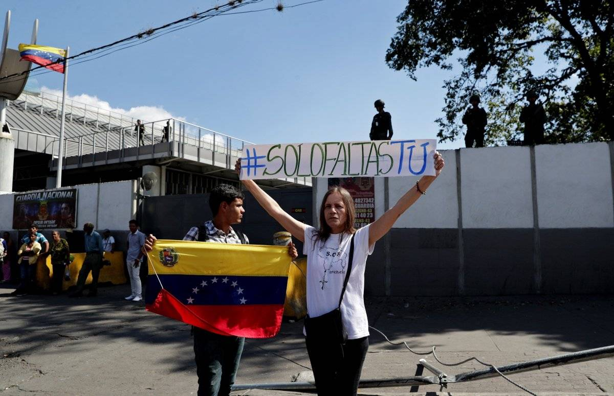 Opositores entregan a militares texto de ley que alienta desconocer a Maduro