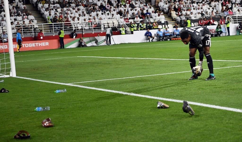 Agreden con 'chanclas' a jugadores de Qatar ante árbitro mexicano