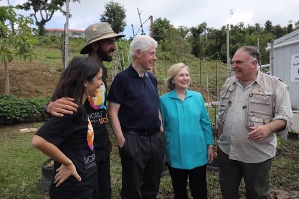 Los Clinton visitan fincas en Puerto Rico