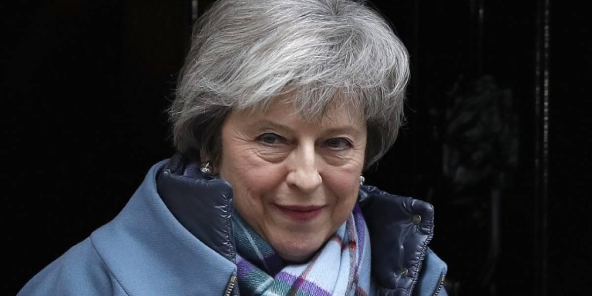 """Theresa May pide """"apoyo"""" para reabrir la negociación del Brexit con la UE"""