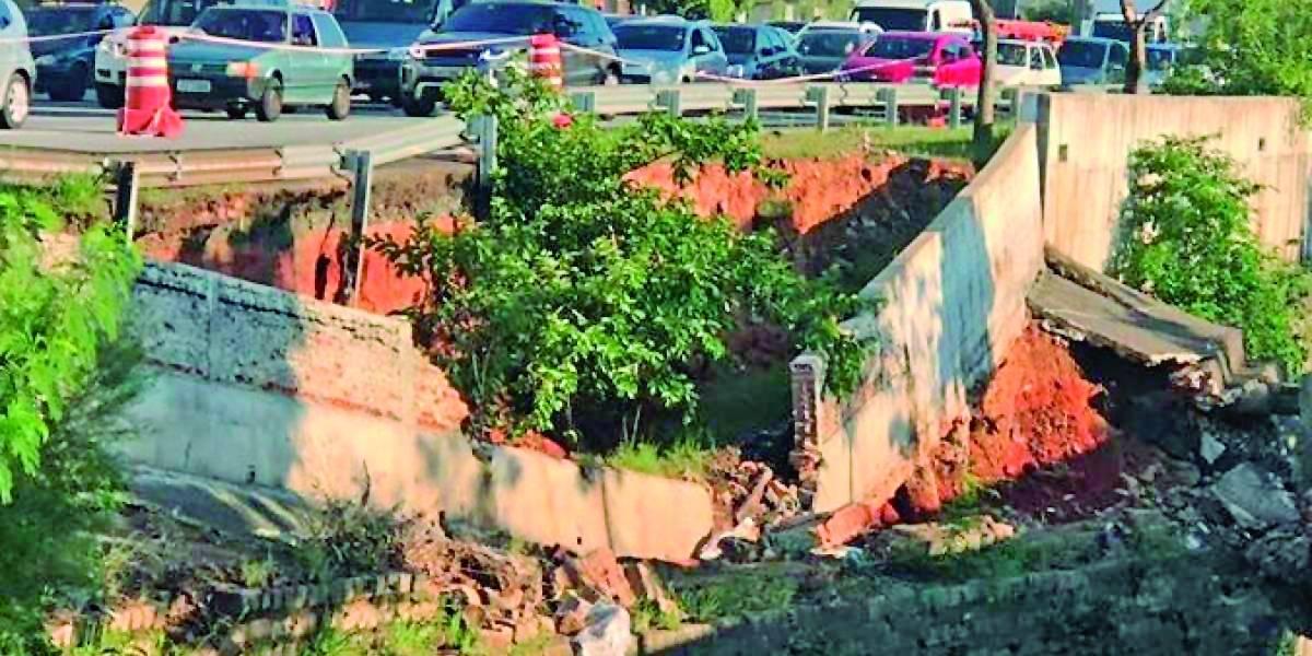 Obras no córrego Ipiranga interditam faixa da avenida Doutor Ricardo Jafet