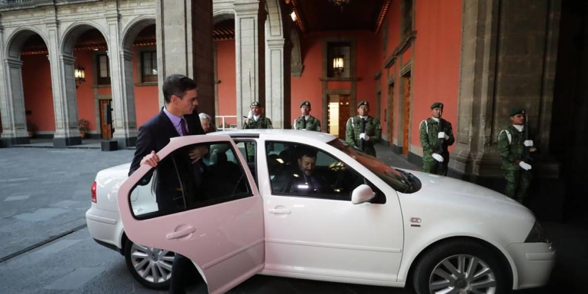 El presidente de España se sube al jetta blanco de AMLO