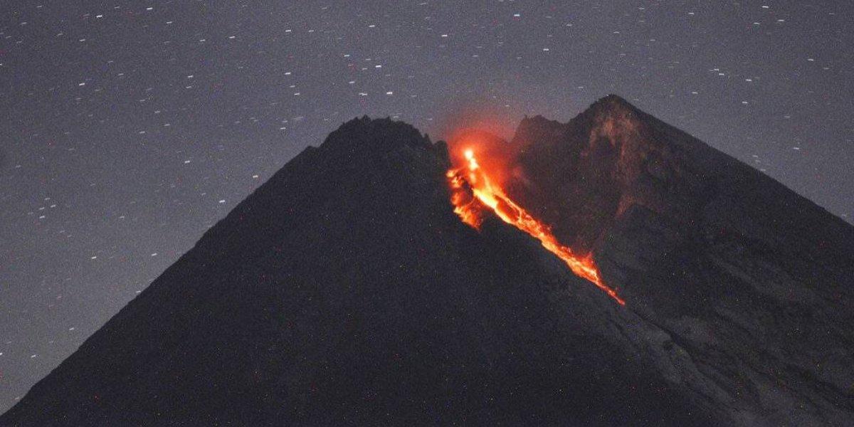 Volcán en Indonesia arroja río de lava