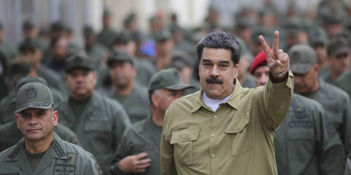 Venezuela: Nicolás Maduro se desmayó en un tanque militar y casi no lo podían sacar