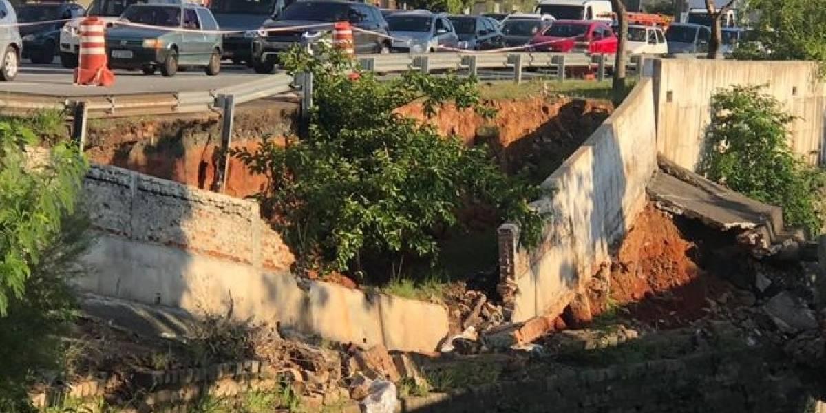 Muro do córrego Ipiranga cede e racha asfalto na avenida Ricardo Jafet