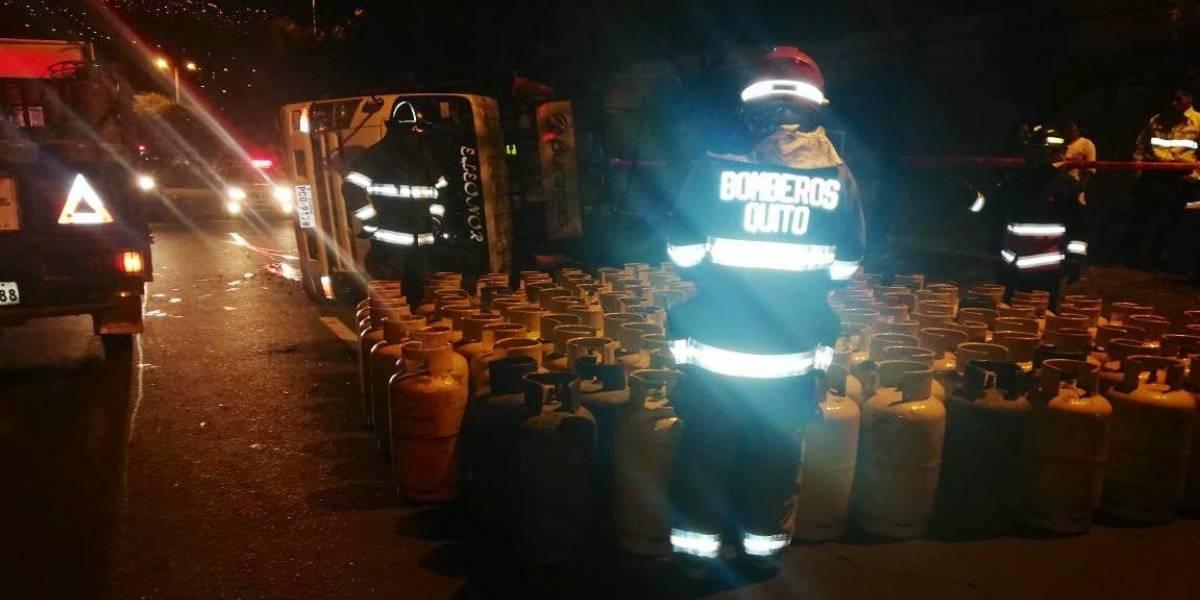Quito: Camión cargado de cilindros de GLP se accidentó en el sector Las Tolas