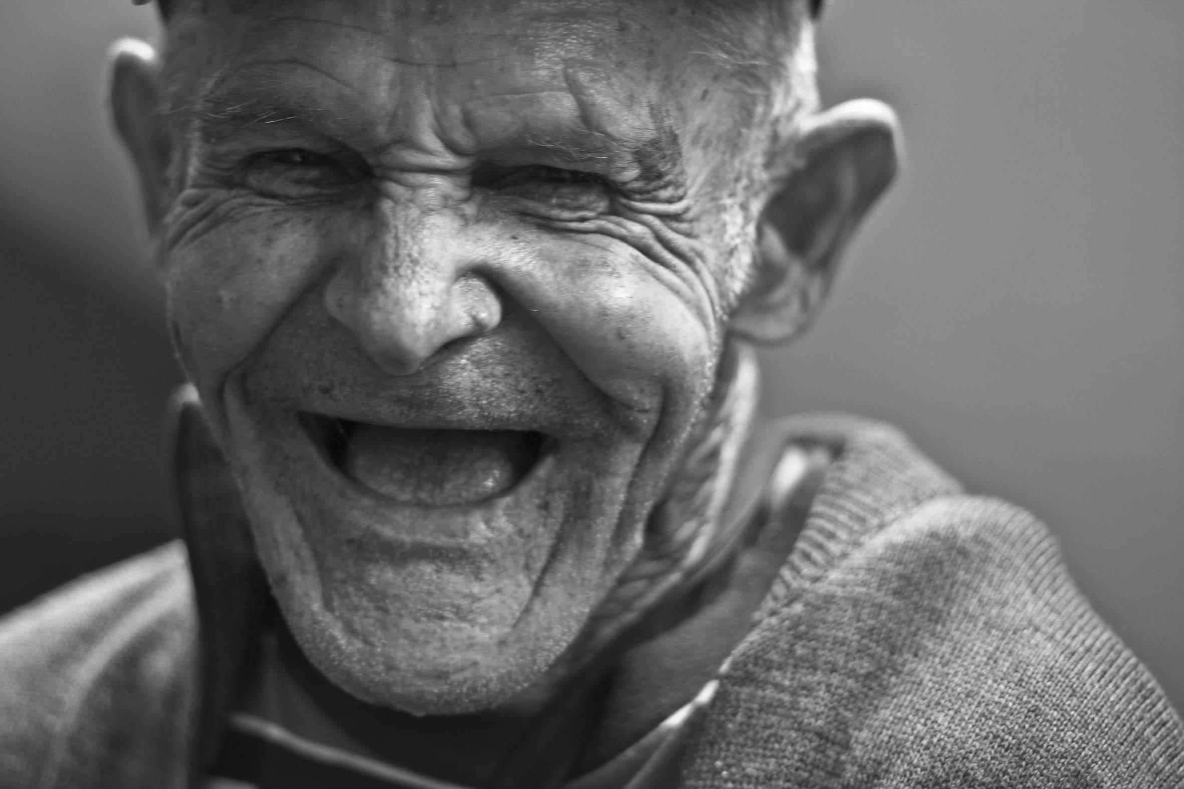 Científicos descubrieron los 17 gestos con los que expresamos felicidad