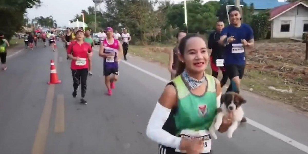 Corredora rescata a cachorro y corre maratón con él en brazos