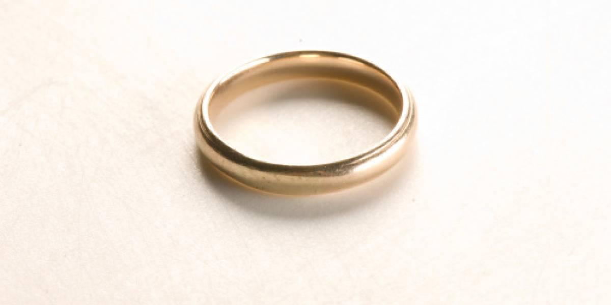 Perdió su anillo a los 8 años, una década después estornudó y lo encontró