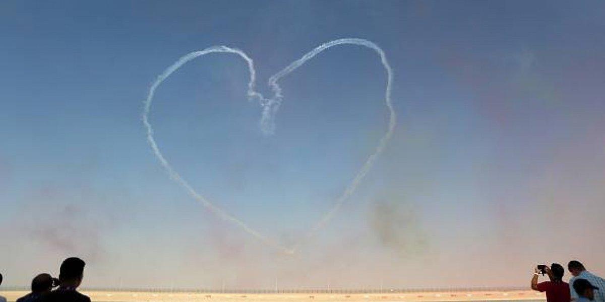 Se conocieron en un aeropuerto hace cinco años y se volvieron inseparables: la extraña historia de amor de una joven y un Boeing 737