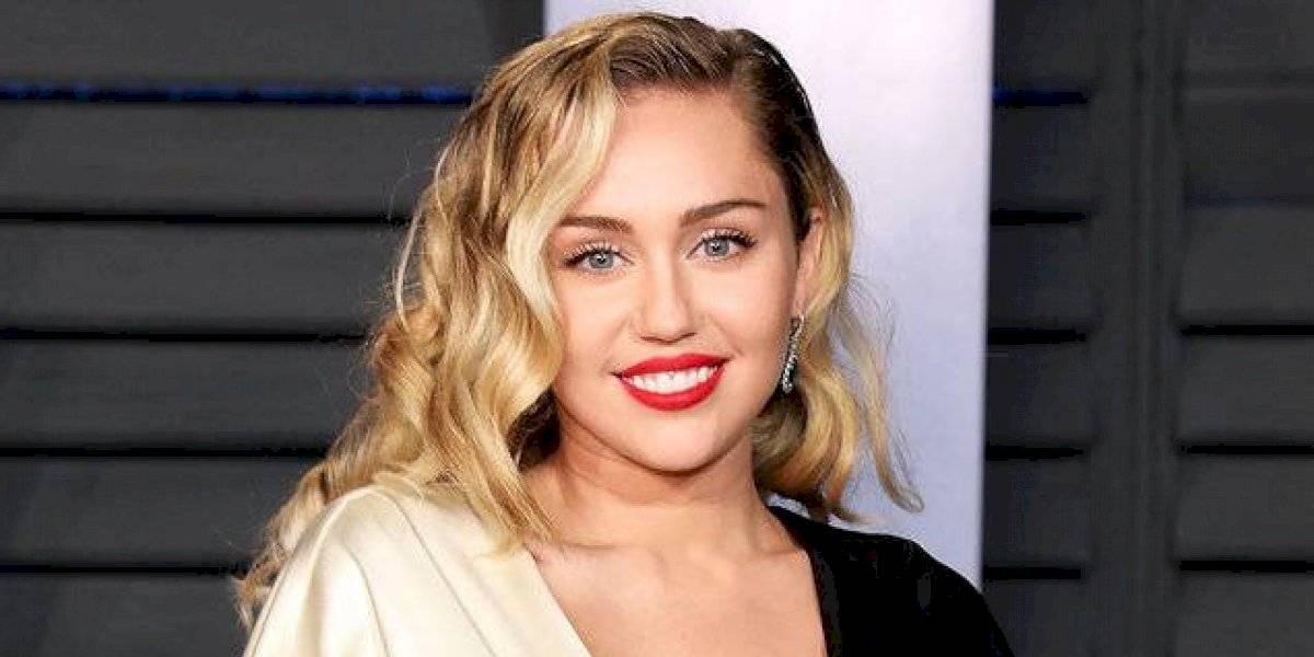 Miley Cyrus fue a los VMAs junto a su nueva novia y su cariñoso momento se hizo viral