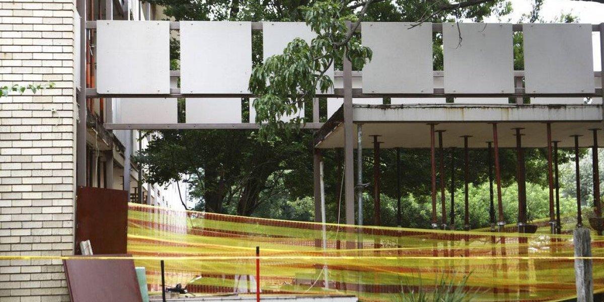 Fallecen tres estudiantes tras desplomarse pasarela en Sudáfrica