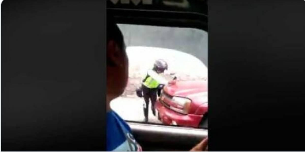 Quito: Conductor casi atropella a agente de tránsito