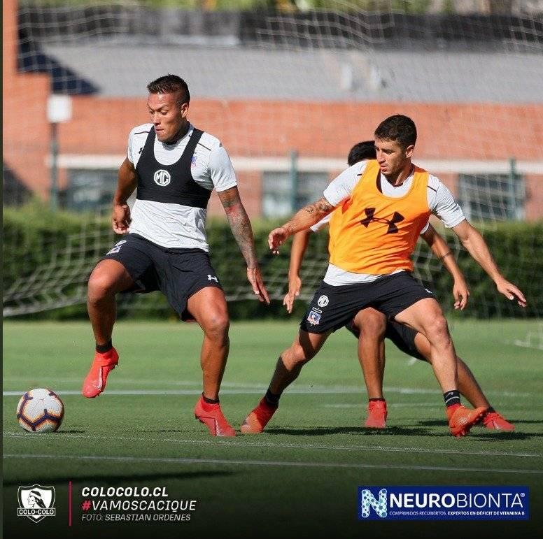 El primer entrenamiento de Javier Parraguez en Colo Colo, bajo las órdenes del estratega albo Mario Salas. / Colo Colo oficial