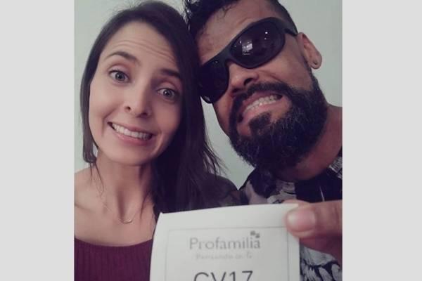"""Celebración de pareja de jóvenes """"que nunca serán papás"""" se viraliza en redes"""
