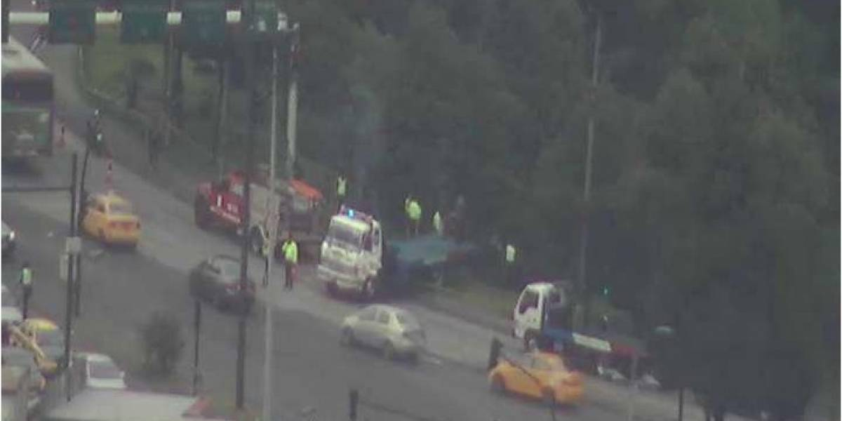 Quito: Vehículo cayó a quebrada en sector El Trébol