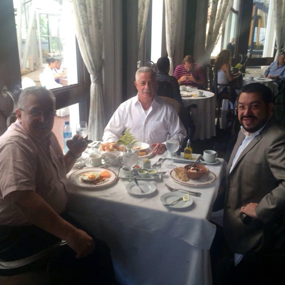El abogado Carlos Velásquez junto al exministro de la Defensa, Eduardo Arévalo Lacs (al centro), y otra persona. Foto: Facebook