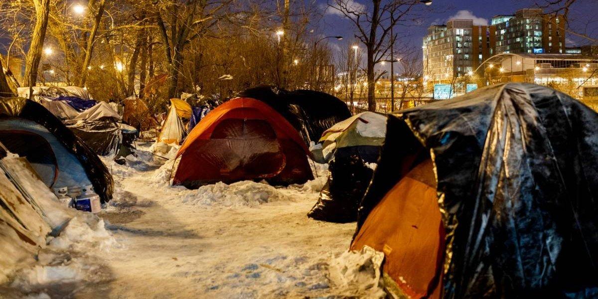 Se pasó: hombre desconocido pagó un hotel para 70 personas en situación de calle que soportaban el frío extremo en Chicago