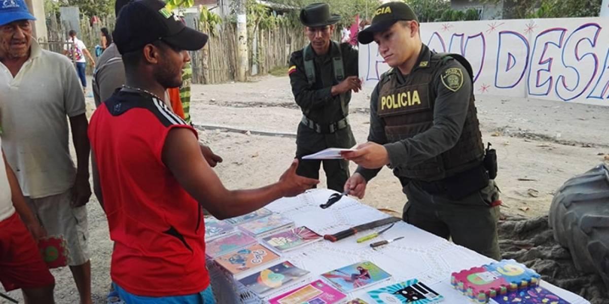 Jóvenes intercambiaron sus armas blancas por cuadernos en pueblo colombiano