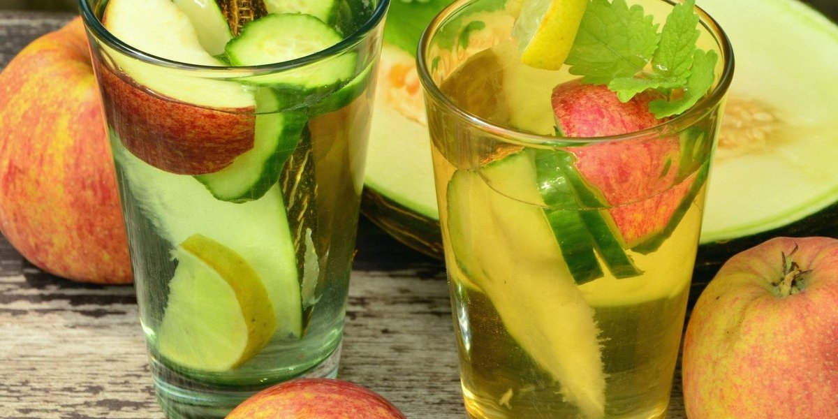 Comece o dia com esse ótimo chá detox de maçã e cúrcuma; confira a receita cheia de benefícios para o corpo