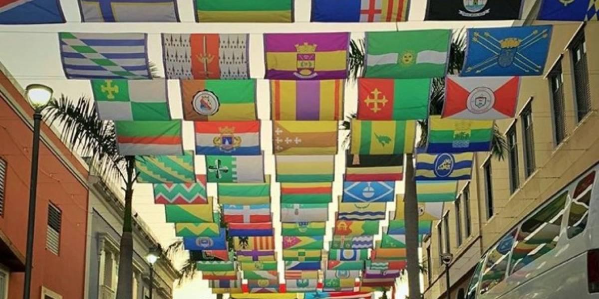Embellecen Coamo con las 78 banderas de Puerto Rico