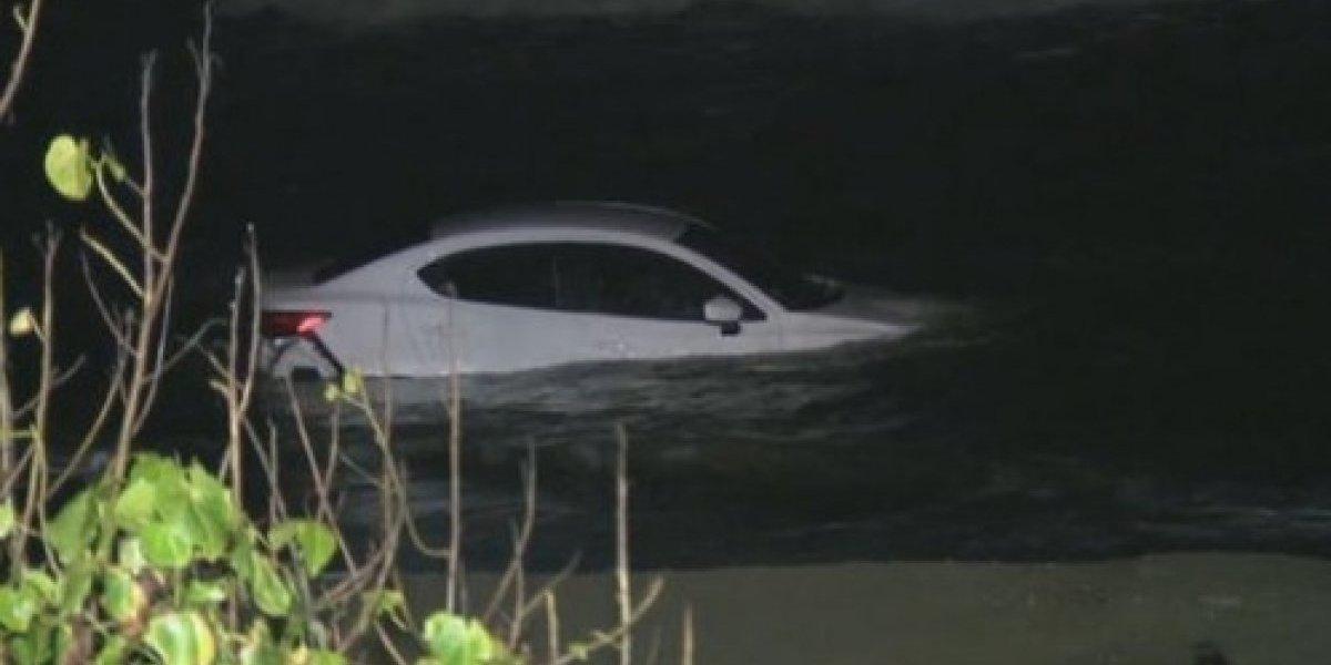 Mujer cae al mar con su carro tras accidente en Levittown