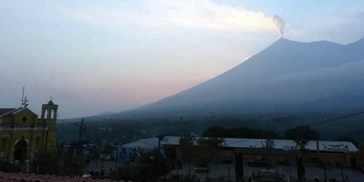 Ceniza de volcán de Fuego cae en la capital
