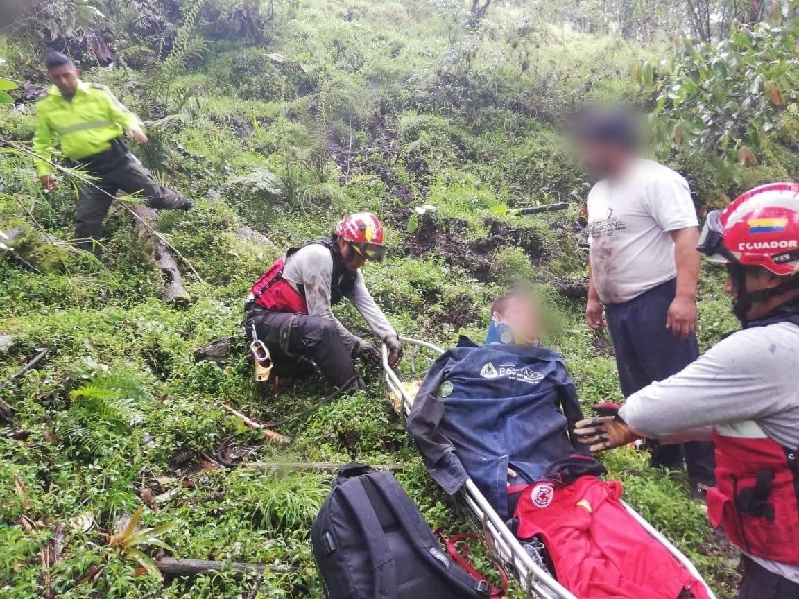 Un vehículo cayó 150 metros en la vía Papallacta – Baeza. Policía Nacional