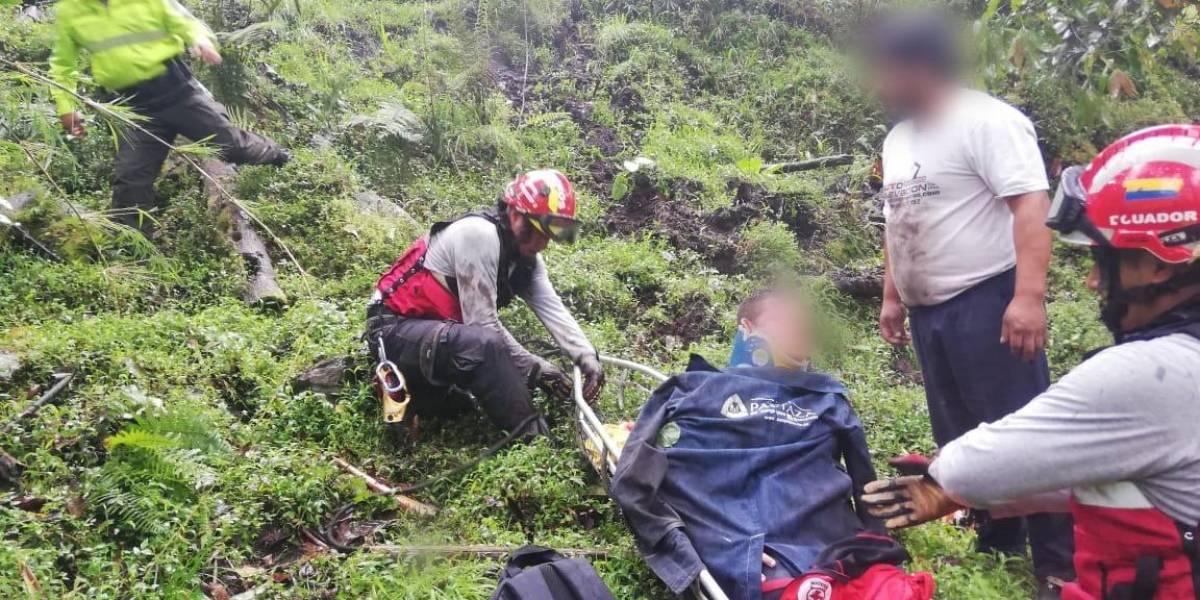 Un vehículo cayó 150 metros en la vía Papallacta – Baeza.
