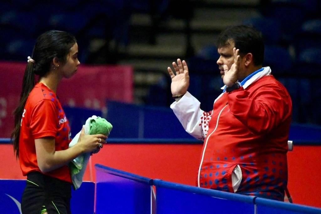 Foto: Melanie Díaz discute una estrategia de juego con su padre y entrenador, Bladimir Díaz Dennis A. Jones/Metro PR