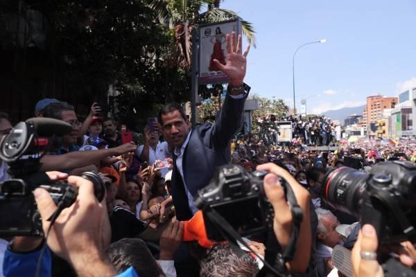 El jefe del Parlamento, Juan Guaidó (c), quien se adjudicó las competencias del Ejecutivo