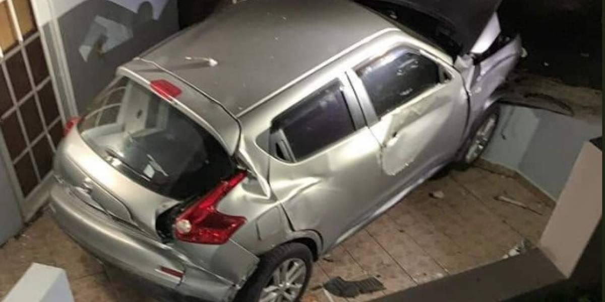 Familia en Toa Alta despierta con el choque de un auto contra su residencia