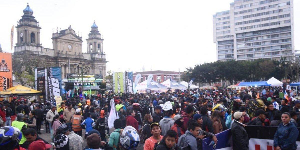 Miles amanecen en la Plaza de la Constitución por la Caravana del Zorro