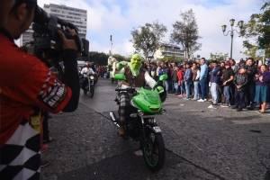 Shrek viajó en su motocicleta verde