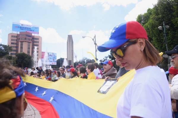 Muestran apoyo a Juan Guaidó en El Obelisco