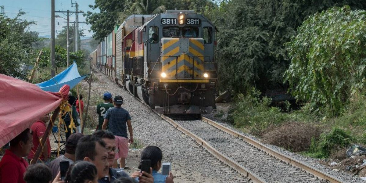 Pese a diálogo, CNTE retoman bloqueo en vías del tren en Michoacán