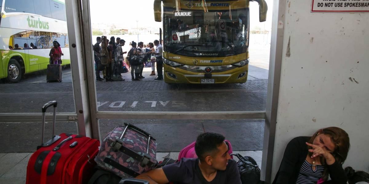 Cientos de pasajeros pernoctan en los terminales de Arica por corte de ruta