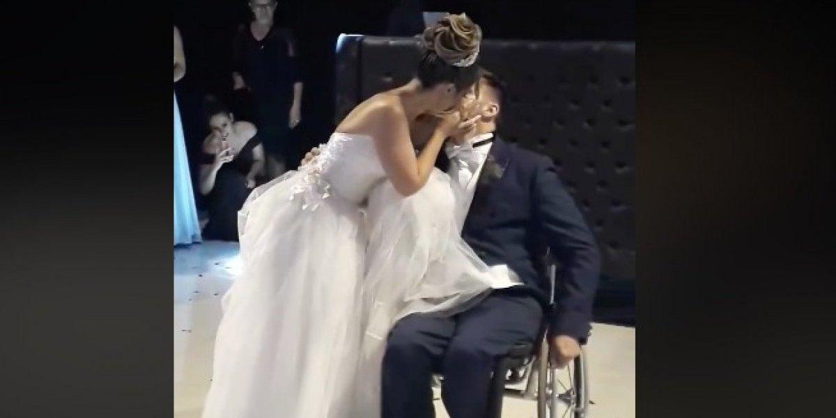"""""""Esto es de lo que el amor es capaz"""": el inspirador baile de un hombre paralítico y su esposa que conmueve en Internet"""